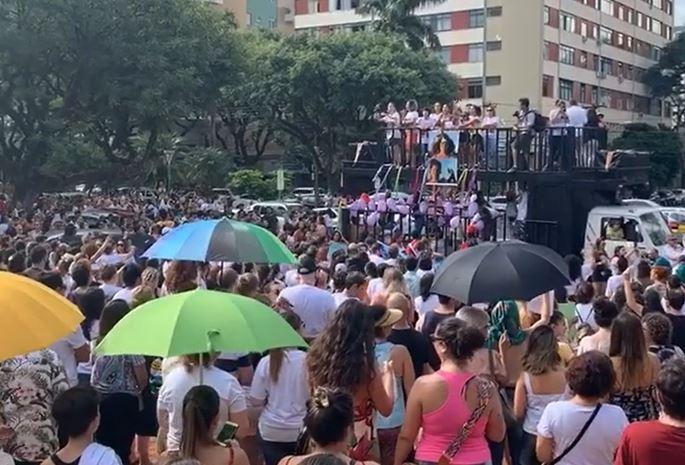 Manifestação contra feminicídio de bailarina reúne centenas de pessoas em Maringá
