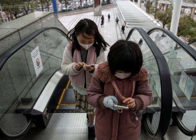 Máscaras são perigosas demais para crianças com menos de 2 anos, diz grupo médico do Japão
