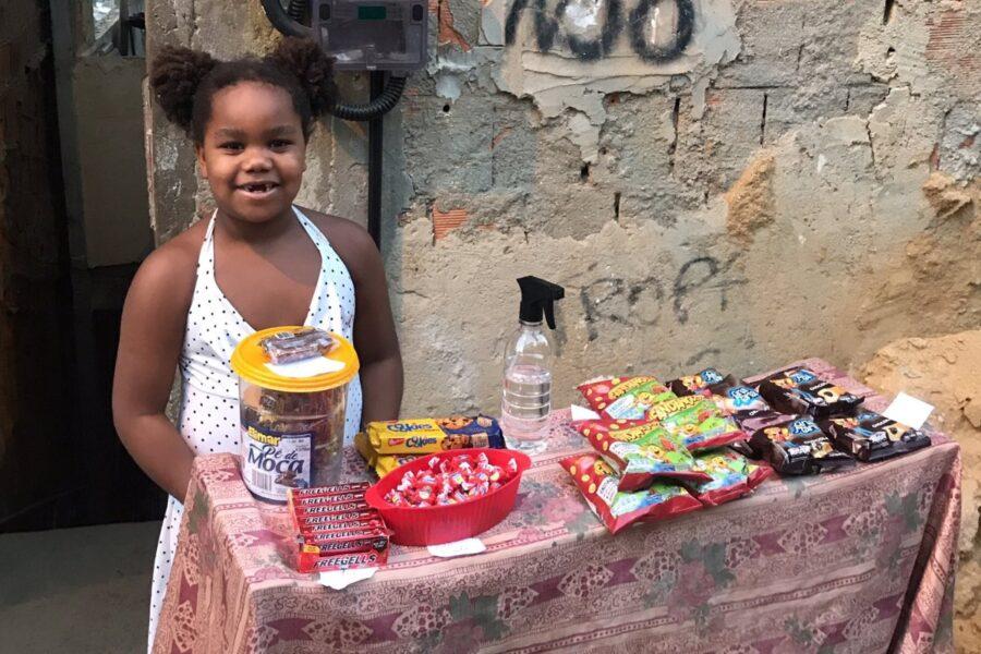 Menina de 7 anos pede para mãe montar barraca de doces e viraliza