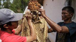 Na Indonésia, comunidade tem tradição de trocar roupa de mortos a cada três anos