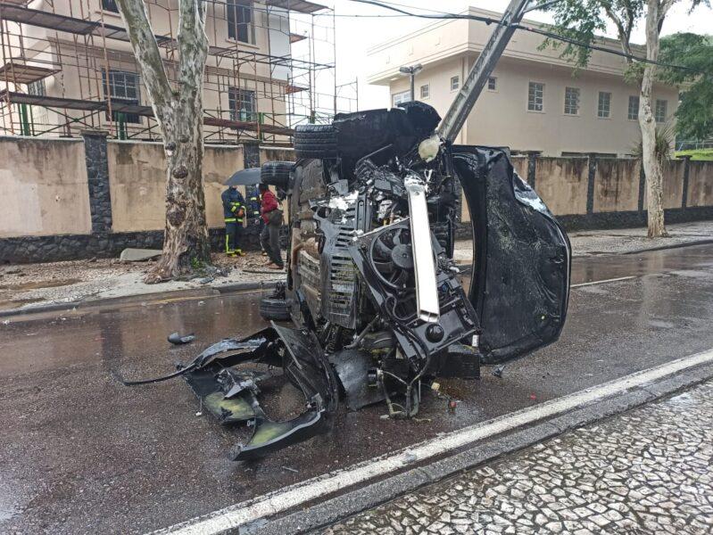 Motorista capota carro durante chuva, no centro de Curitiba