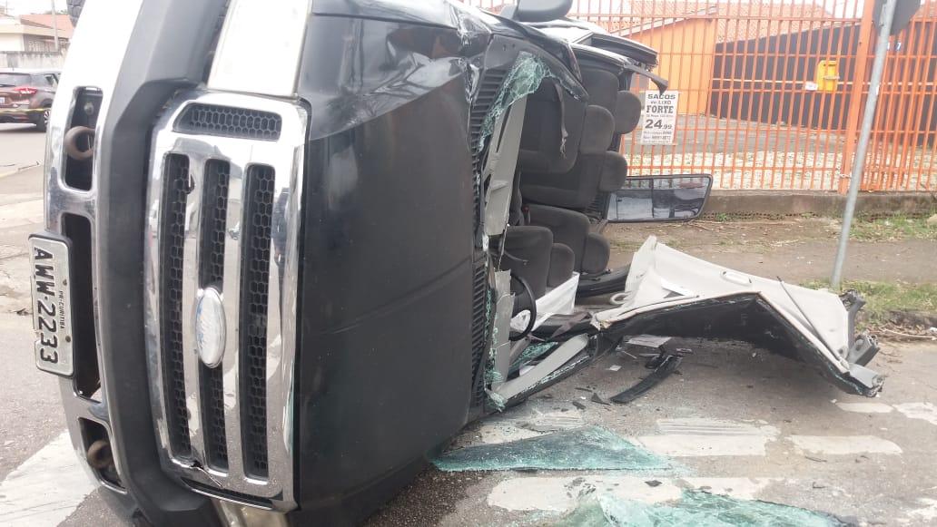 Motorista sofre mal súbito, capota caminhonete e fica preso nas ferragens
