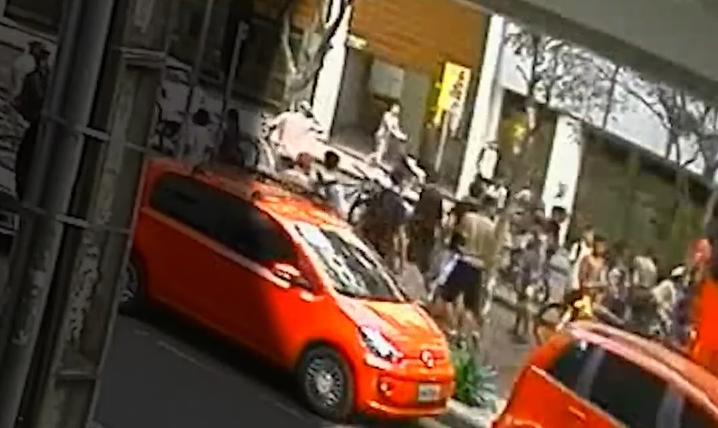 Após acidente com ciclista que pegava 'rabeira', motorista de ônibus é agredido em Curitiba