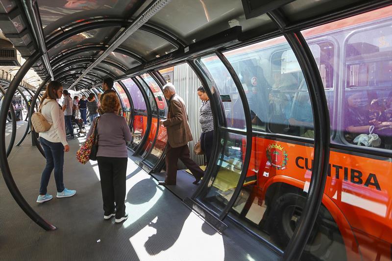 Após registros de casos suspeitos de coronavírus, motoristas e cobradores pedem que ônibus parem em Curitiba