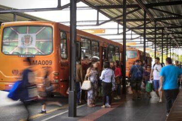 Coronavírus em Curitiba: prefeito pede que passageiros deixem janelas abertas nos ônibus