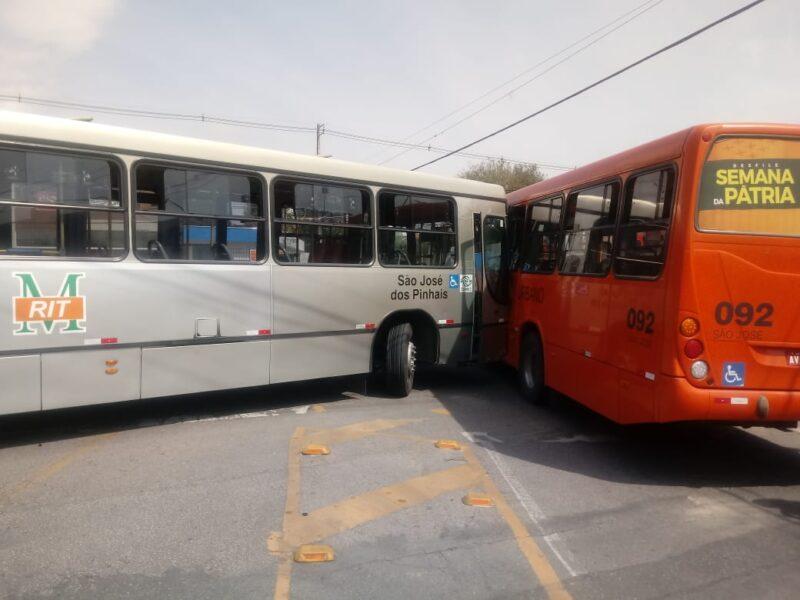 Motorista vai ao banheiro, ônibus desgovernado desce avenida, atinge vários carros e bate em outro transporte coletivo