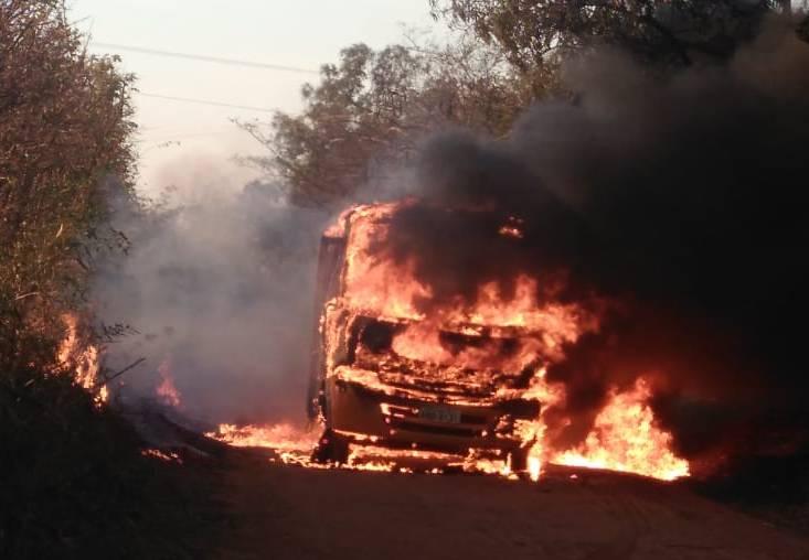 Com 15 crianças a bordo, ônibus escolar pega fogo em Alto Paraná