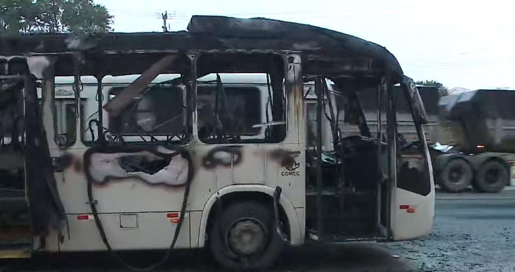Ônibus com 100 passageiros pega fogo na Rodovia dos Minérios