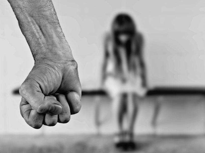 Mãe chama filha de mentirosa, mas exame confirma: padrasto estuprou a criança