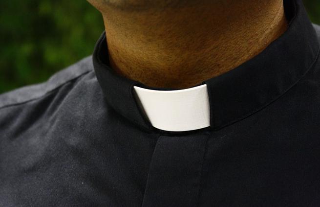 Padre é preso após ameaçar ex-amante de vazar 'nudes' em Cambé