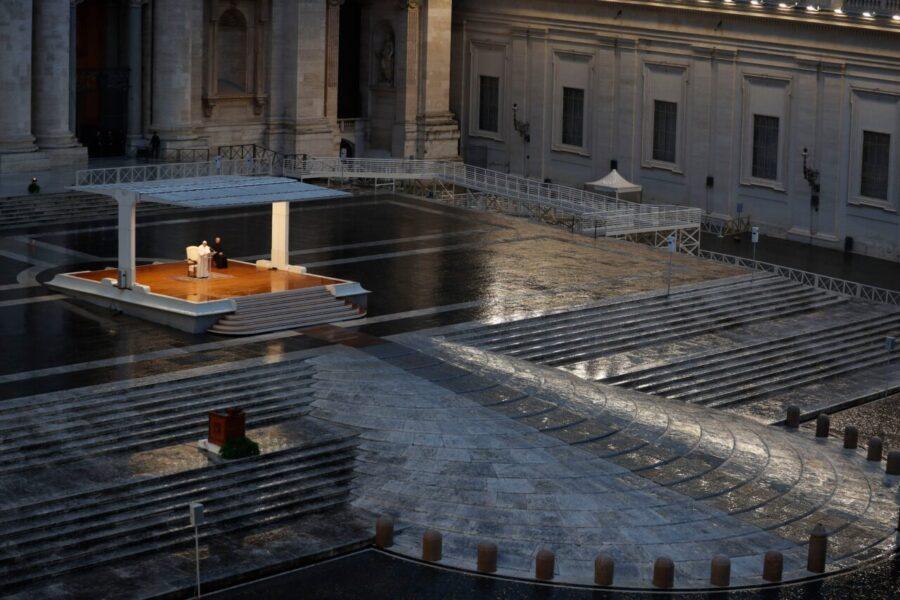 Histórico: Papa reza sozinho e concede indulgência mundial por pandemia de coronavírus
