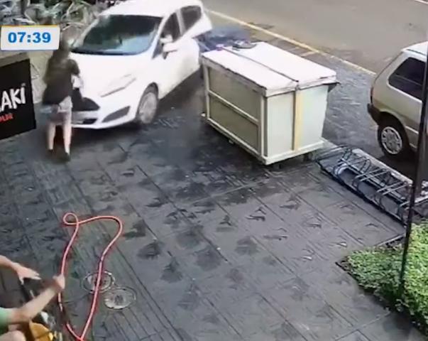 Vídeo mostra momento que pedestre é atropelada na calçada, em Maringá