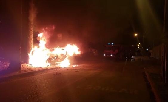 Perseguição na RMC: carro com alerta de roubo pega fogo após bater em árvore