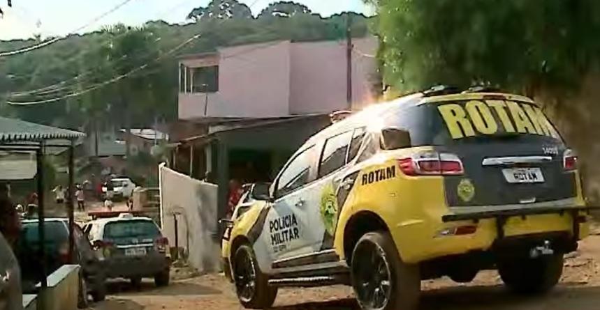 Pai é morto com o filho no colo depois de discussão de casal em Colombo; esposa acusa Polícia Militar