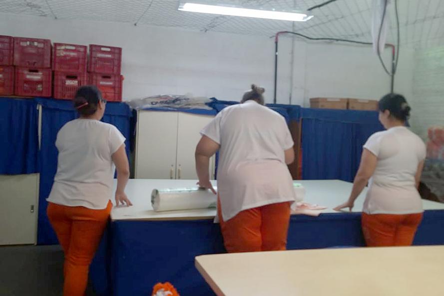 Presas recebem tecido para produção de lençóis e toalhas de banho