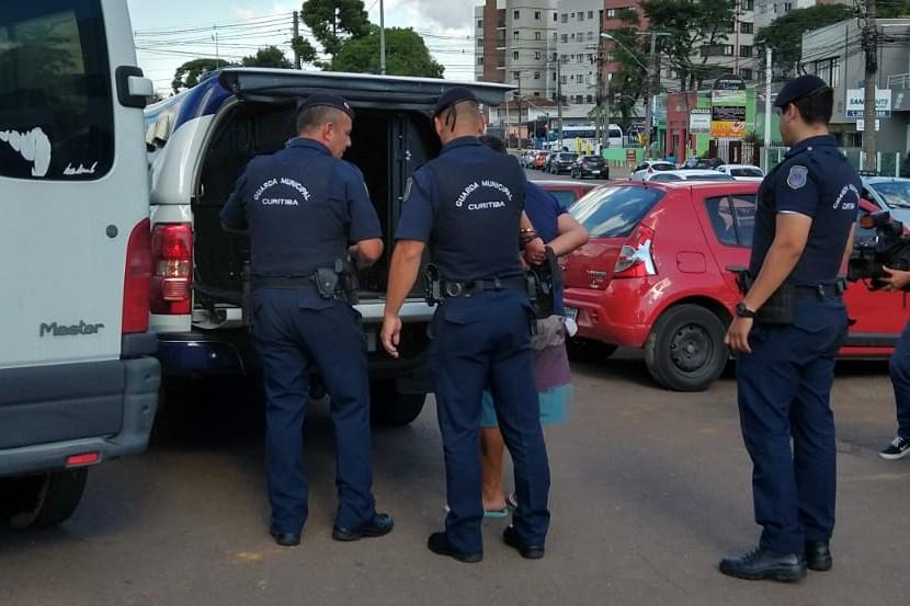 Homem que disse estar com coronavírus é preso depois de cuspir em pedestres em Curitiba