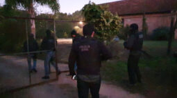 Dupla que ajudou a matar homem por causa de roçadeira é presa em Curitiba