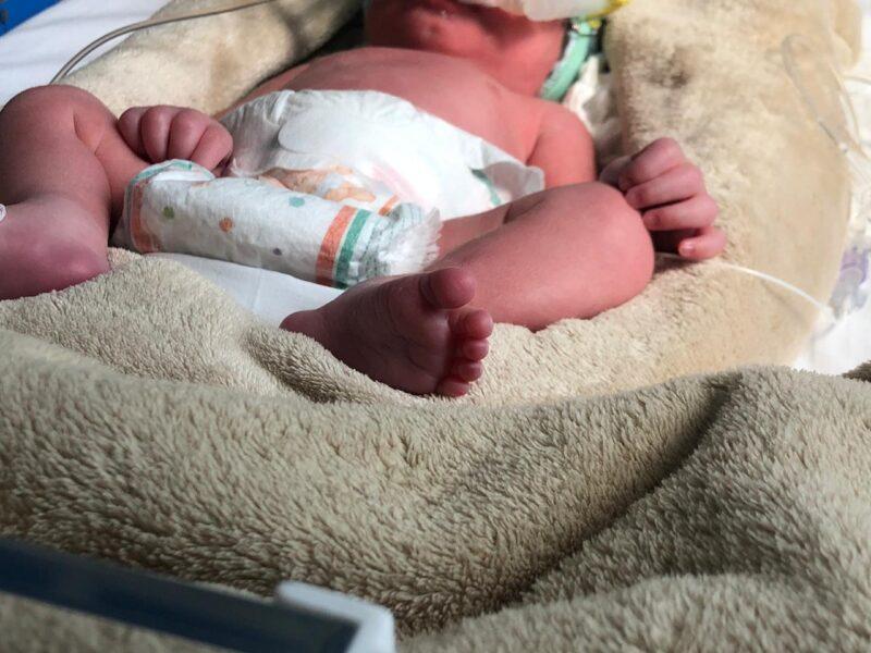 Recém-nascida é encontrada dentro de caixa de sapato, em Toledo