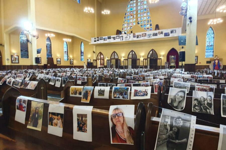 Com igreja fechada pelo coronavírus, padre Reginaldo Manzotti faz missa com fotos de fieis no Guadalupe