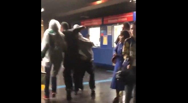 Segurança agride passageiro em metrô de São Paulo; assista!