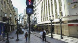 Semáforos de pedestres ganham máscaras para conscientizar curitibanos