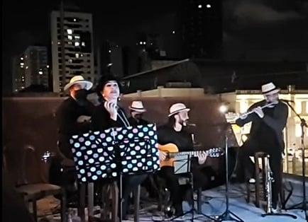 Da sacada de prédio, grupo faz serenata para aliviar tensão do coronavírus em Curitiba