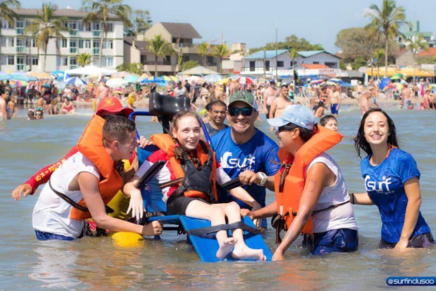 Alunos da APAE pegam altas ondas em Guaratuba com o Projeto Surf Inclusão