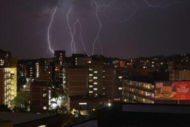 Inmet alerta para risco de chuvas, queda de granizo e ventos de até 100 km/h no Paraná