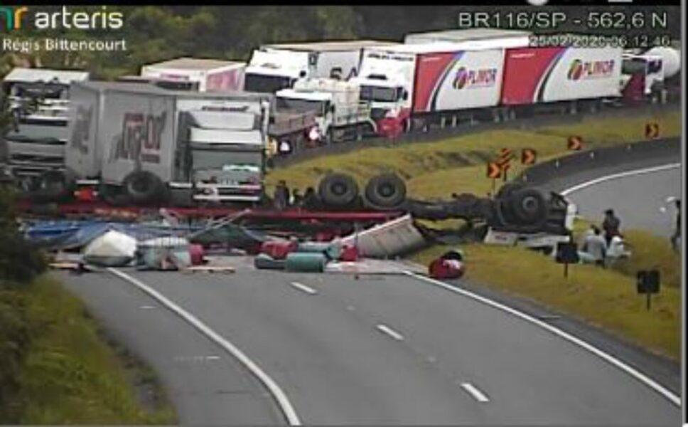 Motorista morre após tombamento de carreta e BR-116 sentido Curitiba é totalmente bloqueada