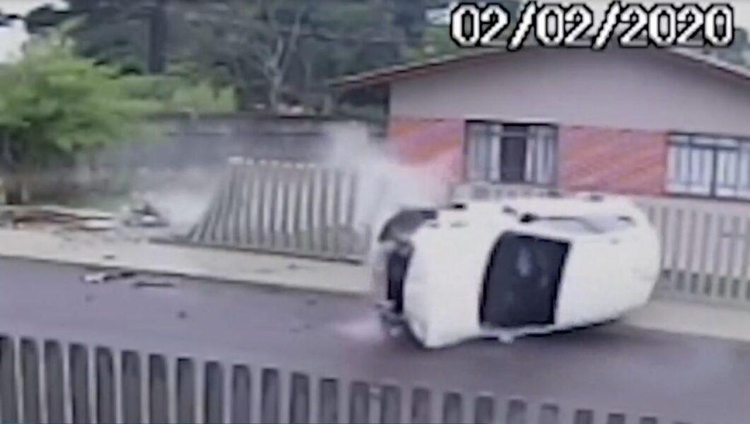Vídeo: pedestre escapa de carro desgovernado durante acidente em Campo Largo