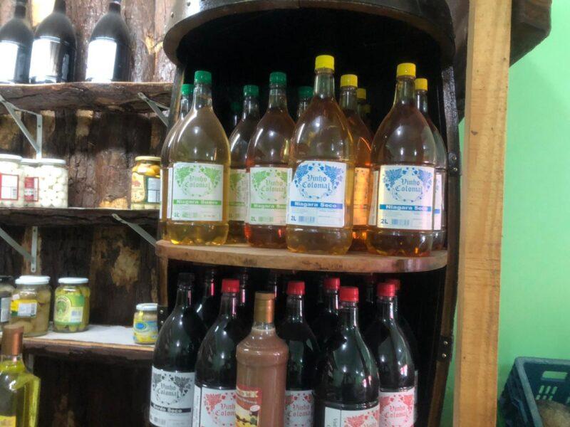 Polícia autua comerciantes que vendiam vinho com etanol, em Curitiba