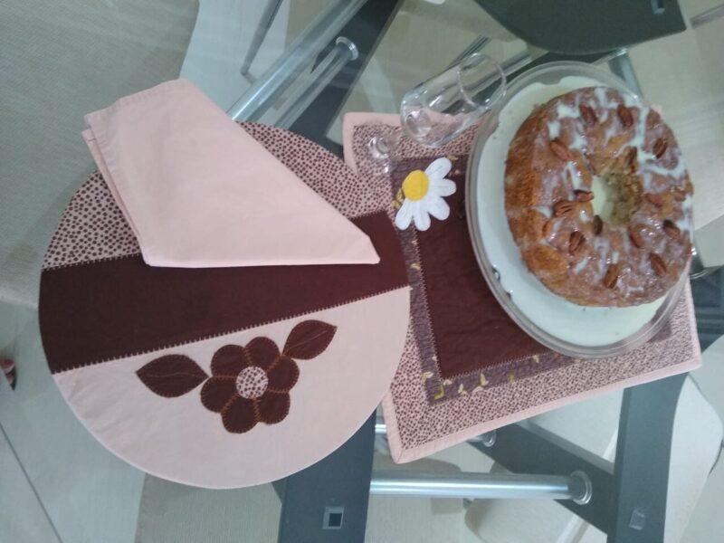 Em isolamento pelo coronavírus, avó faz bolo e comemora aniversário da neta de forma virtual
