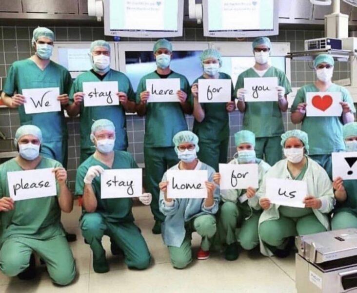 Grupo de médicos e enfermeiros emociona com foto pedindo para que as pessoas fiquem em casa