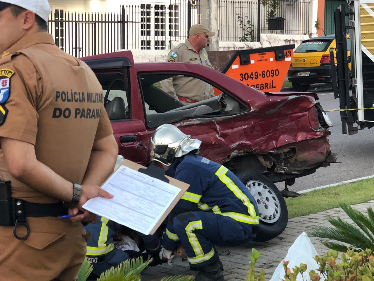 O acidente aconteceu no Batel, na esquina da rua Desembargador Costa Carvalho com a avenida Vicente Machado. (Foto: Tais Santana, da RIC TV | RECORD TV)