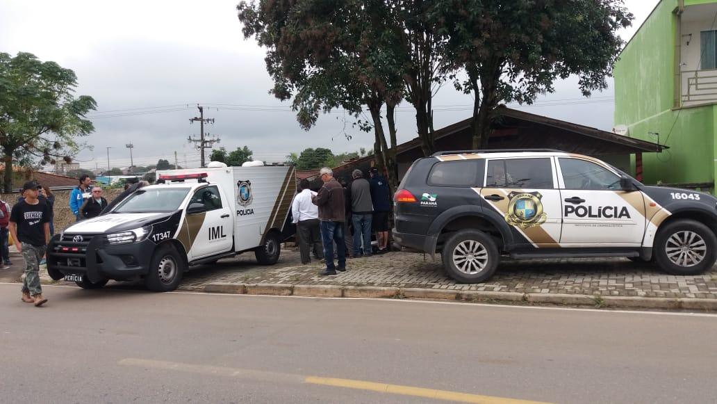Homem pulou o muro da residência da vítima e logo na sala a esfaqueou até a morte.(Foto: Tiago Silva, da RIC TV   RECORD TV)