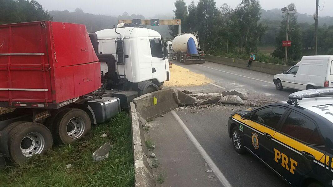 Caminhão de milho tomba na BR-376, em Tijucas do Sul