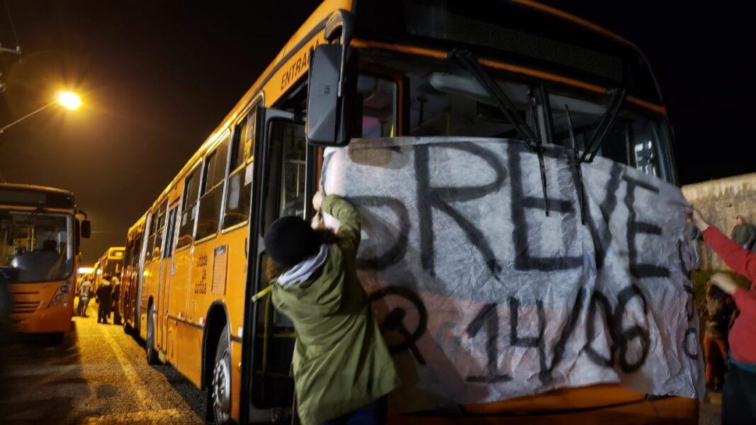 Greve em Curitiba: ônibus bloqueiam ruas e garagens na capital