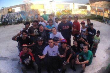Grupo de skatistas reformam antigo barracão com obstáculos no Atuba