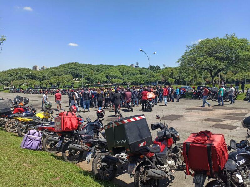 Motoboys protestam contra aplicativos de entrega em Curitiba