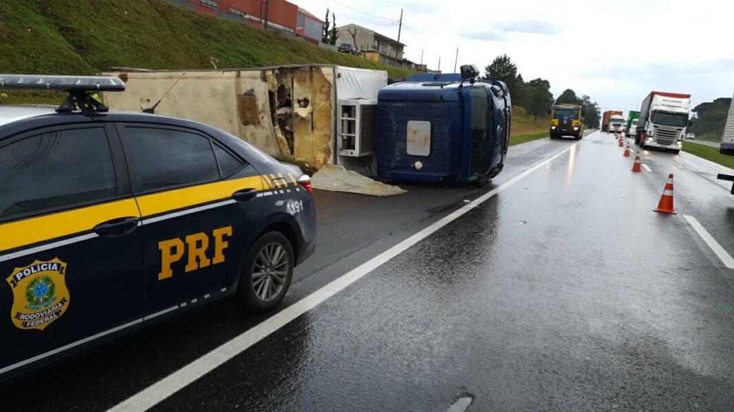 Carga de carne é saqueada após caminhão sofrer acidente na BR-116