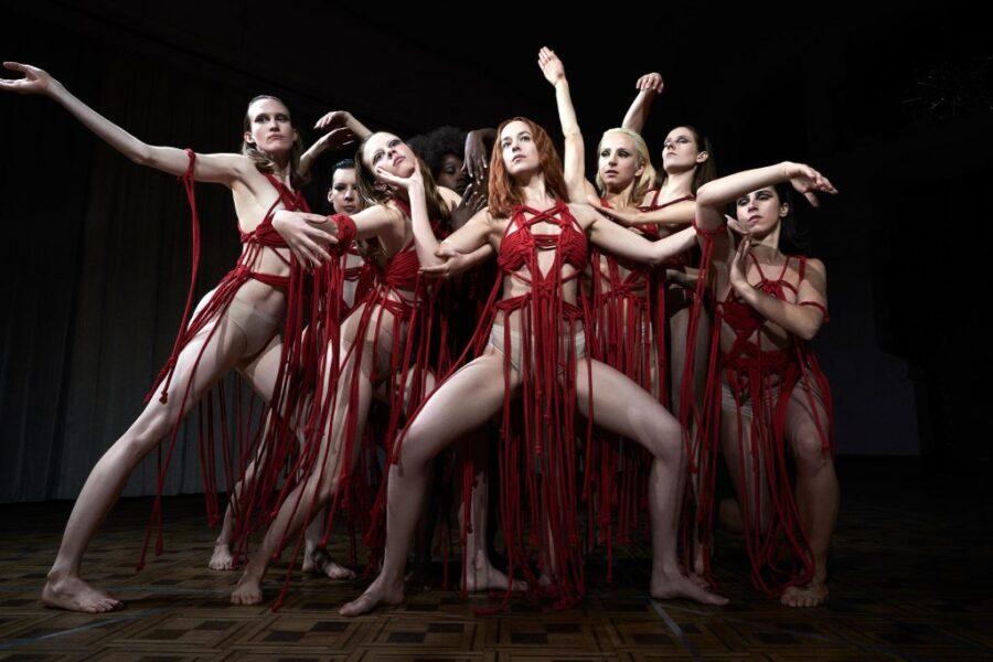 'Suspiria', filme com Dakota Johnson, ganha novo e sombrio trailer