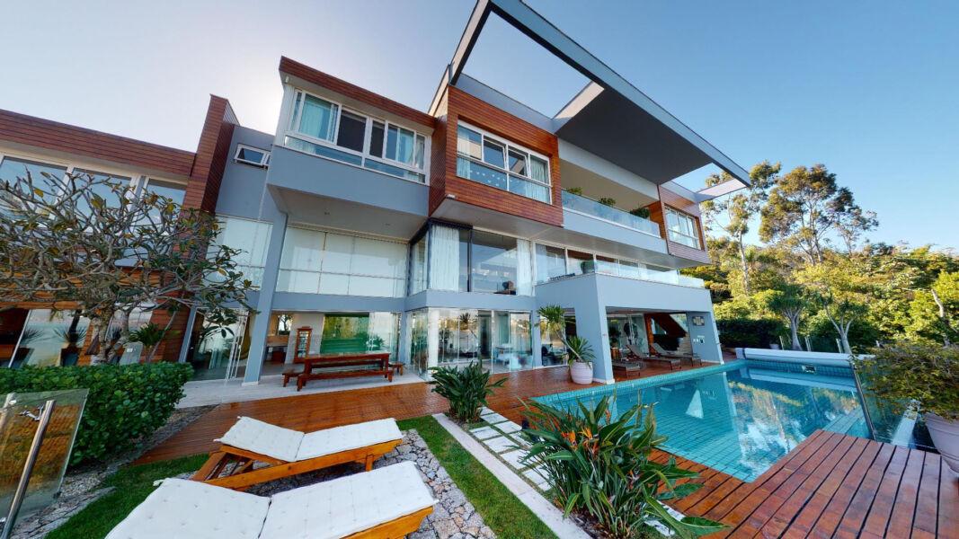 Conheça a mansão em Florianópolis que encanta com vista para o mar em todos os ambientes