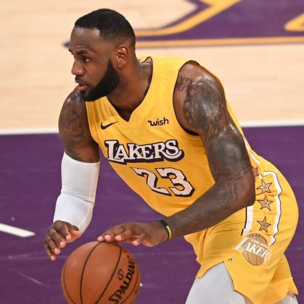 LeBron James agrava lesão e vira motivo de preocupação nos Lakers