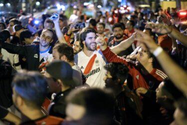 Torcedores de River Plate e Flamengo rezam antes de final da Libertadores da América