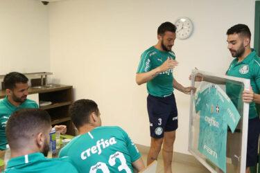 Dracena recebe camisa autografada por companheiros: veja fotos