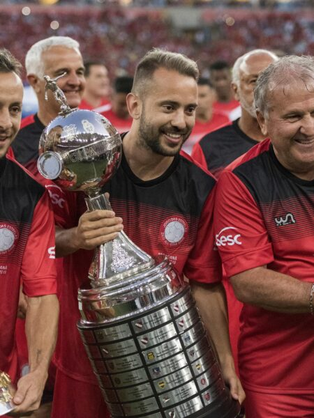 Zico marca três em Jogo das Estrelas especial para torcedores do Flamengo