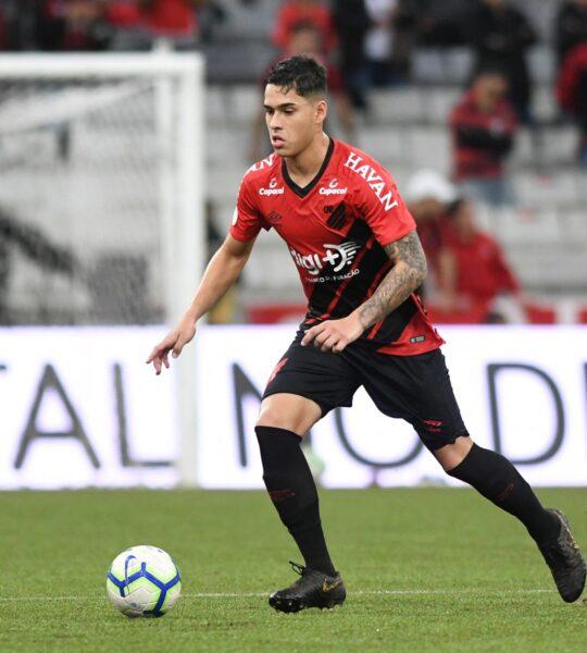 Sondado por clubes europeus, Lucas Halter renova com o Athletico até 2024