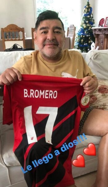Maradona posa com camisa do Athletico