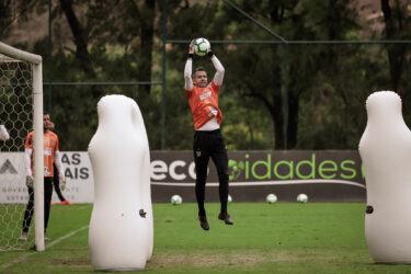 Victor volta a ser relacionado pelo Atlético-MG após quatro meses fora