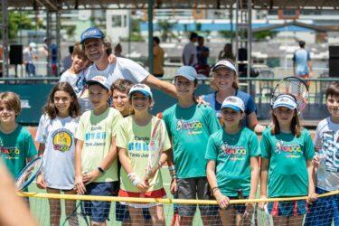 Guga comemora Dia Nacional do Tênis junto a várias gerações da modalidade